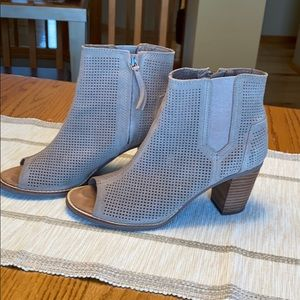 TOMS MAJORCA PEEP TOE PERFORATED BOOTIE SIZE-8